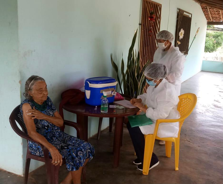 Idosa recebe vacina contra covid à domicílio